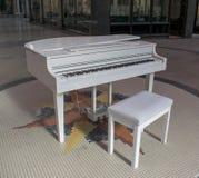 Biały dziecka Uroczysty pianino, Wiktoria ćwiartki centrum handlowe, Leeds fotografia royalty free