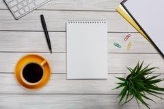 Biały elegancki desktop od above biurowego desig - biznesów narzędzia - Obrazy Stock
