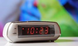 Biały elektroniczny zegar z czerwoną tarczą Bielu zegar z budzikiem Zdjęcia Stock