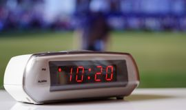 Biały elektroniczny zegar z czerwoną tarczą Bielu zegar z budzikiem Zdjęcia Royalty Free