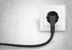 Biały elektryczny czopuje wewnątrz elektryczną nasadkę dalej Fotografia Royalty Free