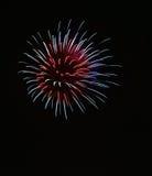 Biały fajerwerku wybuch w ciemnym tła zakończeniu up z miejscem dla teksta, Malta fajerwerków festiwal, 4 Lipiec, wybucha fotografia royalty free
