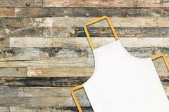 Biały fartuch na drewnianym tle fotografia royalty free