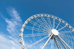 Biały ferris koło przeciw błękitnemu tłu Fotografia Stock