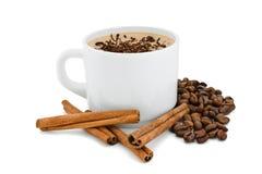 Biały filiżanka z kawą i cynamonem. Obrazy Royalty Free