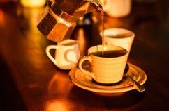 Biały filiżanki mleko z kawowym garnkiem i kawa nalewamy Zdjęcia Stock