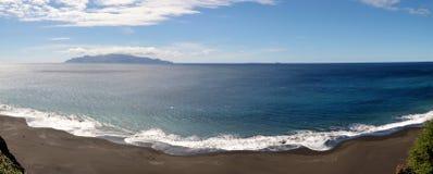 Biały foamy fala romans czarna piasek plaża Obrazy Stock