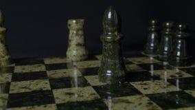 Biały gawron bije czarnego słonia na chessboard Pokonujący szachowy gawron Słonia mienia kobiety ` s ręka Selekcyjna ostrość zdjęcia royalty free
