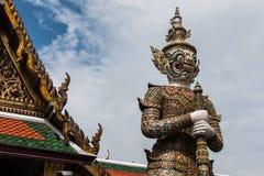Biały Gigantyczny opiekun w Wata Phra Kaew świątyni zdjęcie royalty free