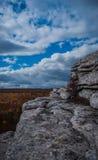 Biały granitowy odsłanianie pod chmurnym niebieskim niebem przy Sam punktu prezerwą Fotografia Royalty Free