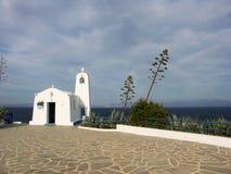 Biały grecki chappel z wysoką agawy rośliną Zdjęcie Royalty Free