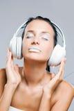 Biały hałas, brunetka z hełmofonami. obrazy royalty free