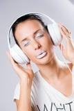 Biały hałas, brunetka z hełmofonami. obraz stock