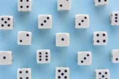 Biały hazard dices na bławym tle zwycięstwo szansa, szczęsliwa Mieszkanie nieatutowy, miejsce dla teksta Odgórny widok Zakończeni obraz stock