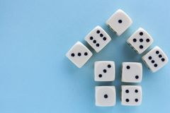 Biały hazard dices na bławym tle zwycięstwo szansa, szczęsliwa Mieszkanie nieatutowy, miejsce dla teksta Odgórny widok Zakończeni fotografia royalty free