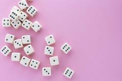 Biały hazard dices na fiołkowym tle zwycięstwo szansa, szczęsliwa Mieszkanie nieatutowy, miejsce dla teksta Odgórny widok Zakończ zdjęcie royalty free