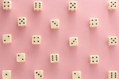 Biały hazard dices na różowym tle zwycięstwo szansa, szczęsliwa Mieszkanie nieatutowy, miejsce dla teksta Odgórny widok Zakończen zdjęcia royalty free