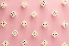 Biały hazard dices na różowym tle zwycięstwo szansa, szczęsliwa Mieszkanie nieatutowy, miejsce dla teksta Odgórny widok Zakończen zdjęcie royalty free