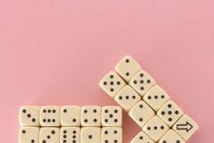Biały hazard dices na różowym tle zwycięstwo szansa, szczęsliwa pointer Mieszkanie nieatutowy, miejsce dla teksta Odgórny widok Z obraz royalty free