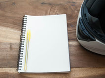 Biały hełm i biała książka na starym drewno stole Zdjęcie Royalty Free