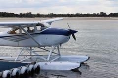 Biały hydroplan dokujący przy dennej strony jetty Obrazy Royalty Free