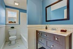 Biały i błękitny łazienki wnętrze Fotografia Stock