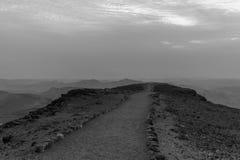 Biały i czarny wschód słońca w pustynia negew w Izrael Halna droga kolorowy horyzontu widok Obrazy Royalty Free