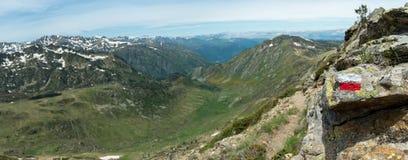 Biały i czerwony sposobu markiera znak malował na skale w Francuskich Pyrenees obok footpath na GR10 wycieczkuje próbę zdjęcia stock
