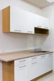Biały i drewniany kuchenny gabinet zdjęcie royalty free