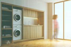Biały i drewniany pralniany pokój, szafy strony plama obrazy stock