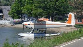 Biały i pomarańczowy wodny samolot fotografia stock