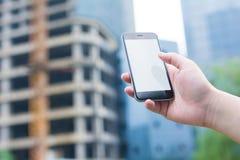 Biały i pusty ekran mądrze telefon Mądrze miasto budynek i telefon Fotografia Stock