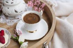 Biały i różowi kwiaty Śniadanie w łóżku kawa doprawiał Delikatni lekcy kolory romans miejsce tekst obrazy royalty free