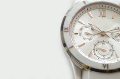 Biały i złocisty zegarek na bielu Obrazy Stock