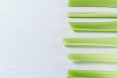 Biały i zielony tło obrazek z surowymi Selerowymi trzonami Fotografia Royalty Free