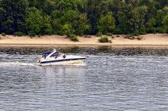 Biały jacht żegluje wzdłuż rzeki wzdłuż brzeg Obrazy Royalty Free