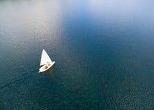 Biały jacht na błękitnym morzu Zdjęcie Stock