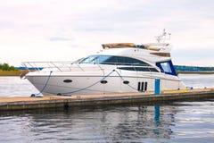 Biały jacht przy molem przy kotwicą Zdjęcia Royalty Free