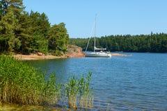 Biały jacht w błękitnej lagunie Fotografia Royalty Free