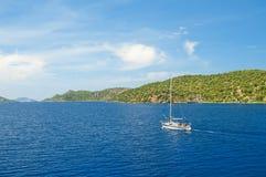 Biały jacht w błękitnym morzu Zdjęcie Royalty Free