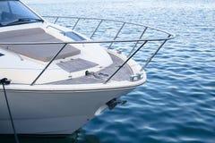 Biały jacht w błękitnym morzu - zakończenie szczegół Fotografia Royalty Free