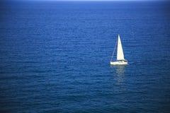 Biały jacht w głębokim błękitnym morzu obrazy stock