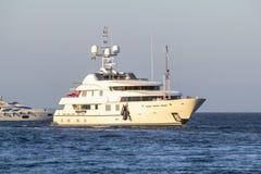 Biały jacht w morzu blisko wybrzeża Obraz Stock