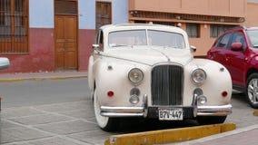 Biały Jaguar Mark VII parkujący wewnątrz Lima zdjęcie royalty free