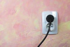 Biały kabel na menchii ścianie i nasadka. Zdjęcie Stock