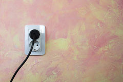 Biały kabel na menchii ścianie i nasadka. Obraz Stock