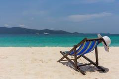 Biały kapelusz kłama na krawędzi bryczki longue seashore z pięknym widokiem fotografia royalty free