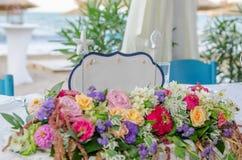 Biały karciany Właśnie zamężny znak na stole z kwiatami przy ślubem Obrazy Stock