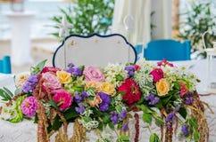 Biały karciany Właśnie zamężny znak na stole z kwiatami przy ślubem Zdjęcia Royalty Free
