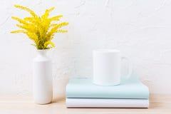 Biały kawowego kubka mockup z ornamentacyjną żółtą kwiatonośną trawą Obraz Royalty Free
